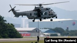 Pasukan khusus Angkatan Udara Kerajaan Malaysia melakukan latihan saat peluncuran Patroli Udara Trilateral di pangkalan Angkatan Udara Kerajaan Malaysia di Subang, di luar Kuala Lumpur, Malaysia 12 Oktober 2017. (Foto: REUTERS/Lai Seng Sin)
