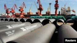 Des tuyaux d'acier, prêts pour l'exportation dans un port de Lianyungang, province du Jiangsu, Chine, le 31 mai 2018.