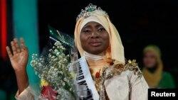 18일 개최된 이슬람권 미인대회에서 1등을 차지한 나이지리아 여성이 수상 후 손을 흔들고 있다.