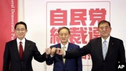 Tiga kandidat pemimpin Partai Demokrat Liberal yang berkuasa, dari kiri: mantan Menteri Luar Negeri Fumio Kishida, Kepala Sekretaris Kabinet Jepang Yoshihide Suga, dan mantan Menteri Pertahanan Shigeru Ishiba dalam konferensi pers di Tokyo, 8 September 2020.