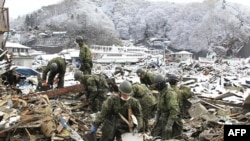 Lực lượng Phòng vệ Nhật Bản tìm kiếm nạn nhân của trận động đất và sóng thần ngày 11/3 tại Miyako City, quận Miyagi