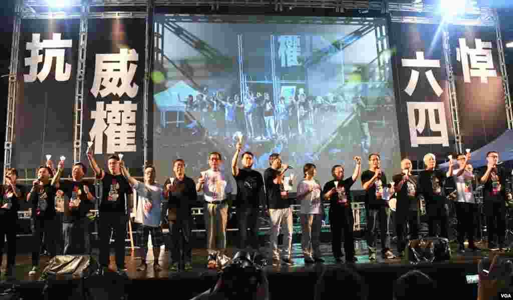 六四燭光集會大會高呼「結束一黨專政」等口號 (美國之音湯惠芸拍攝)