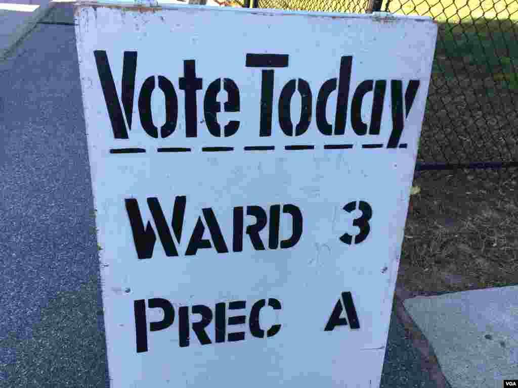 Assembleia de voto em Brockton, Massachusetts no dia de eleições nos Estados Unidos