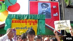 Aung San Suu Kyi disambut meriah oleh para pendukungnya saat melakukan lawatan politik pertama di kota Bago, 100 kilometer sebelah utara Rangoon hari Minggu (14/8).