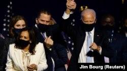 រូបឯកសារ៖ លោក Joe Biden បានកាន់ដៃកូនប្រុសរបស់លោក គឺលោក Hunter Biden ខណៈដែលពួកគេ និងអ្នកស្រី Kamala Harris និងក្រុមគ្រួសាររបស់ពួកគេអបអរ ក្រោយពីប្រព័ន្ធ ផ្សព្វផ្សាយនានា បានព្យាករណ៍ថា Biden បានឈ្នះក្នុងការបោះឆ្នោតជ្រើសរើសប្រធានាធិបតីអាមេរិក ឆ្នាំ២០២០។