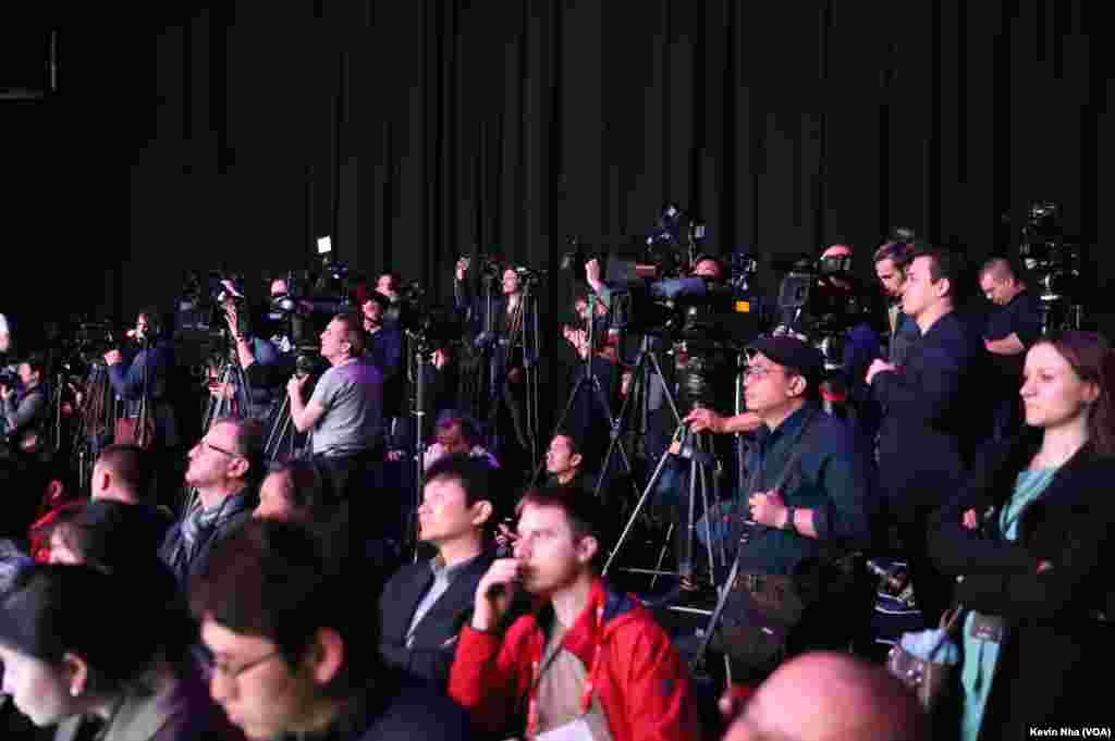 روز یکشنبه پیش از گشایش کنفرانس جهانی موبایل، اهالی رسانه در مراسم رونمایی از گوشیهای گلکسی اس ۹ سامسونگ حضور یافتند.