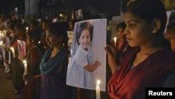 Dân chúng đến dự buổi thắp nến tưởng niệm các nạn nhân trong vụ thảm sát tại trưởng tiểu học Sandy Hook.