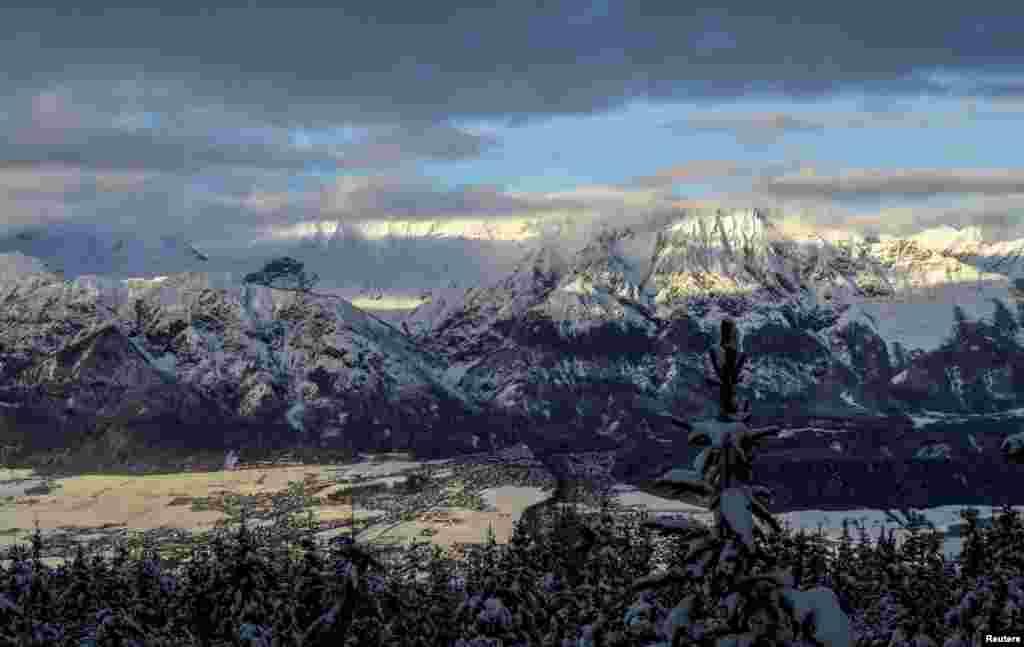 دهکده پوشیده از برف در دامنه کوههای بتل ورف در اتریش