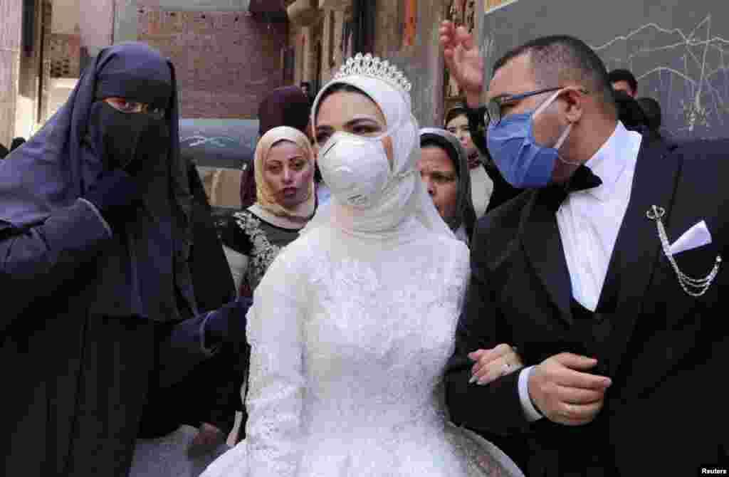 مصر کے دارالحکومت قاہرہ میں دلہن نوہا حامد اور دولہا مصطفیٰ امین 16 اپریل کو رشتہ ازدواج میں منسلک ہوئے۔ دونوں نے شادی کی تقریب میں بھی ماسک پہنا ہوا تھا۔