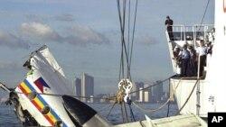 필리핀에서 지난 2002년 11월 바다에 추락한 비행기 사고현장에서 구조작업을 벌이는 관계자들(자료사진)