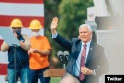 彭斯副总统在他的推特上发布的参观威斯康辛州拉克罗斯的达里兰电力合作社的照片。(2020年9月7日)