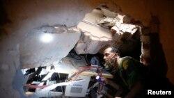 Trabajadores del edificio buscan entre los escombros a compañeros que pueden estar con vida debajo de toneladas de concreto.