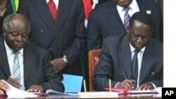 Signature de l'accord de paix de 2008 entre Mwai Kibaki et Raila Odinga.