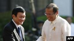 Tổng thống Philippines Benigno Aquino III chào đón Chủ tịch nước Việt Nam Trương Tấn Sang tại Dinh Malacanang ở Manila, ngày 26/10/2011