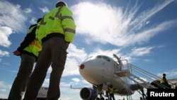 یک فروند هوای مسافربری سری C ساخت بمباردیر در فرودگاه کِبِک پس از پرواز آزمایشی - سپتامبر ۲۰۱۳