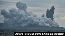 Gunung Anak Krakatau memuntahkan abu panas saat erupsi, terlihat dari Kapal Patroli Angkatan Laut Indonesia, KRI Torani 860, di Selat Sunda di Banten, 28 Desember 2018.
