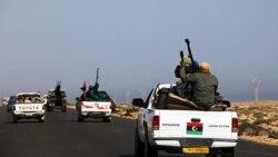 کاروان شورشیان که خودروهایشان مجهز به سلاح خودکار است، در نزدیکی بن جواد و در حال حرکت به سمت سرت. ۲۸ مارس ۲۰۱۱