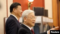 """Cuộc chiến chống tham nhũng của Tổng bí thư Nguyễn Phú Trọng (phải) được ví như là chiến dịch """"đả hổ diệt ruồi"""" của chủ tịch Trung Quốc Tập Cận Bình (phải)."""