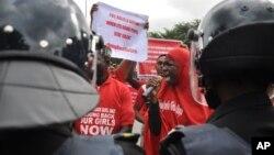 'Yan sanda da Masu Zanga-Zangar neman Gwamnati ta kubuto da 'yan matan Chibok da aka sace, 14 ga Oktoba 2014.
