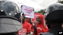 Nigeriya hökuməti qızların azad edilməsi üçün güclü təzyiqlərlə üzləşir.