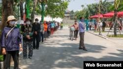 Người dân xếp hàng nhận gạo miễn phí từ máy ATM ở Hà Nội. Photo CAND.
