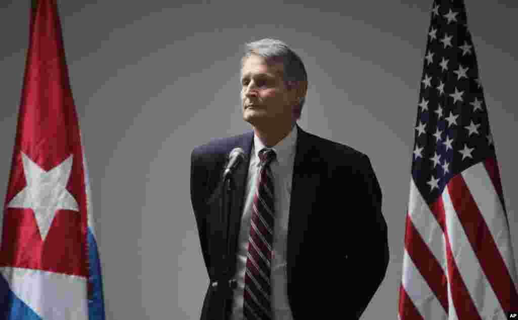 الکس لی، معاون وزیر در دفتر امور نیمکره غربی وزارت امور خارجه ایالات متحده در مذاکرات شرکت دارد -- ۱ بهمن ۱۳۹۳ (۲۱ ژانويه ۲۰۱۵)