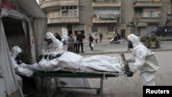 Unit medis Tentara Pembebasan Suriah melatih warga bagaimana menghadapi serangan senjata kimia di Aleppo, Suriah. (Foto: Dok)