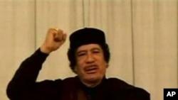 利比亚国家电视台播放的画面显示卡扎菲在对他的支持者讲话