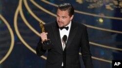 """دیکاپریو بعد از دریافت اولین جایزه اسکار اش، خواستار جدی گرفتن """"گرمایش زمین"""" شد."""