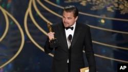 لئوناردو دیکاپریو هنگام پذیرفتن جایزه اسکار
