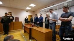 俄罗斯反对派领导人阿利克塞•纳瓦尔尼(右起第二人)和他的兄弟奥列格•纳瓦尔尼(右)在法庭上