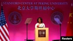 베이징 대학교 스텐퍼드 센터에서 연설중인 미셸 오바마 여사