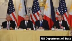 Ngoại trưởng Mỹ John Kerry, Bộ trưởng Quốc phòng Ash Carter trong bữa ăn trưa làm việc với Bộ trưởng Ngoại giao Philippines Albert F. Del Rosario và Bộ trưởng Quốc phòng Philippines Violtaire T. Gazmin tại Bộ Ngoại giao Mỹ ở Washington, ngày 12/1/2016.