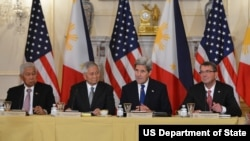 美国务卿克里、国防部长卡特与菲外长德尔罗萨里奥、防长加斯明会见记者