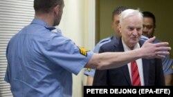 Ratko Mladić ulazi u sudnicu Haškog tribunala