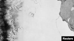 Una sección de un enorme iceberg se desprendió de una plataforma en la Antártida como parte del ciclo natural según se ve en esta imagen de satélite divulgada por la Agencia Espacial Europea el miércoles, 12 de julio de 2017.