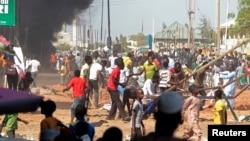 民眾在尼日利亞總統來訪前示威,抗議暴力活動增加。