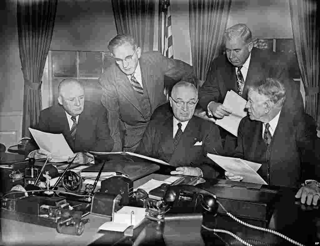 លោកប្រធានាធិបតី Harry Truman ពិនិត្យមើលនៃខ្លឹមសារសុន្ទរកថាជាលើកចុងក្រោយស្តីពីស្ថានភាពប្រទេសជាតិរបស់លោក ជាមួយនឹងមេដឹកនាំរដ្ឋសភា ពីរម៉ោងមុនពេលដែលលោកថ្លែងសន្ទុរកថានោះនៅមុខសមាជិករដ្ឋសភា និងព្រឹទ្ធសភា នៅរដ្ឋសភាអាមេរិក កាលពីថ្ងៃទី៨ ខែមករា ឆ្នាំ១៩៥១។ (AP/Henry Griffin)