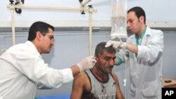 Một người bị thương trong vụ nổ bom trong thủ đô Damascus đang được chữa trị. Liên hiệp quốc qui trách al Qaida về vụ nổ bom hôm 10/5/12