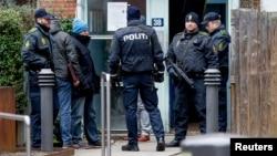 Primera ministra señala que ataque que dejó un muerto y tres policías heridos tenía como blanco controversial artista danés.