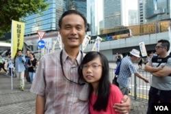 帶同10歲女兒參與遊行的香港市民楊先生。(美國之音湯惠芸攝)