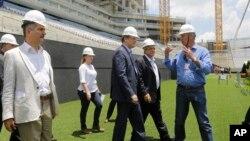 El secretario general de la FIFA, junto al jugador Rnaldo, seleccionaron los partidos entre jóvenes de varios países del mundo.