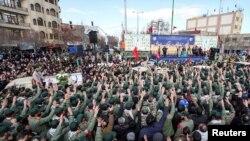 Бойцы Корпуса стражей Исламской революции участвуют в похоронах своих коллег, погибших в результате теракта в Исфахане, Иран, 16 февраля 2019 года