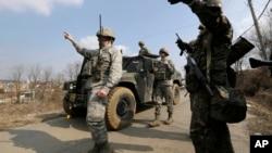 Soldados de la fuerza aérea de EE.UU. y del ejército de Corea del Sur participan en maniobras cerca de la base de Osan, al sur de Seúl.
