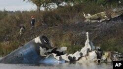 俄羅斯一架飛機墜毀導致至少43人死亡﹐部分飛機殘骸墜入河裡。