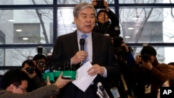 At a news conference, Korean Air chairman Cho Yang-ho apologizes for his adult daughter's behavior, Dec. 12, 2014.