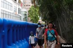 中国驻港国安公署设在铜锣湾的维景酒店,警方用注满水的大型水马设置路障将酒店包围起来。(2020年7月8日)