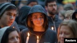 پٹس برگ سناگاگ میں شوٹنگ کا شکار ہونے والوں کے احترام میں شہریوں نے شمعیں روشن کیں