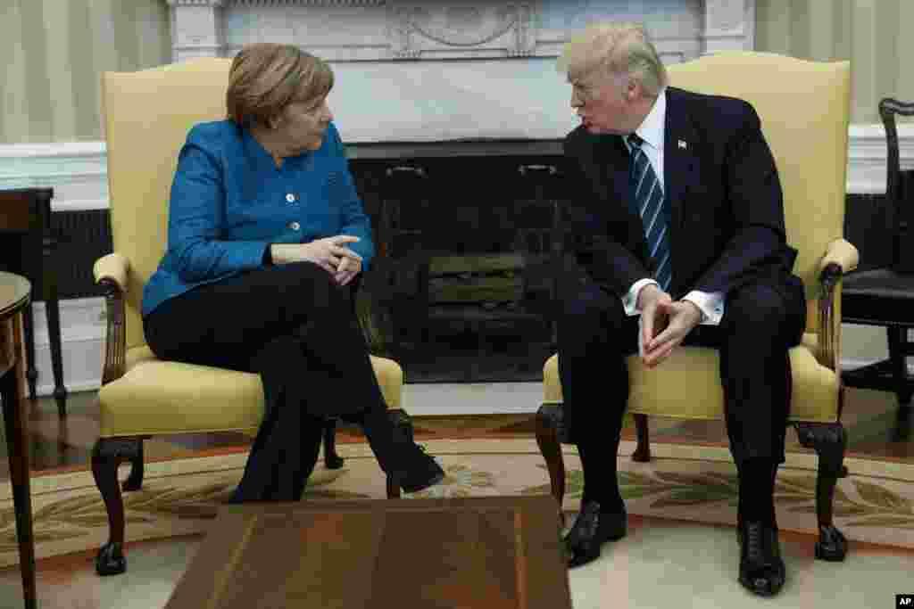 El presidente Donald Trump se reúne con la canciller alemana, Angela Merkel, en la Oficina Oval de la Casa Blanca en Washington, el viernes 17 de marzo de 2017. (AP Photo/Evan Vucci)