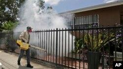 Pekerja pengendalian nyamuk di Miami-Dade County melakukan penyemprotan di area Wynwood, Miami, AS.